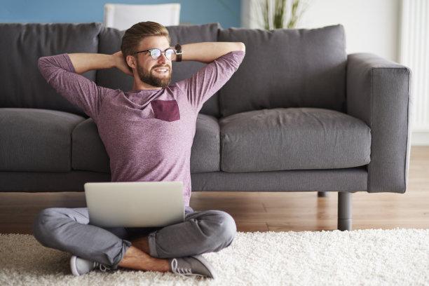 在家玩电脑的男人