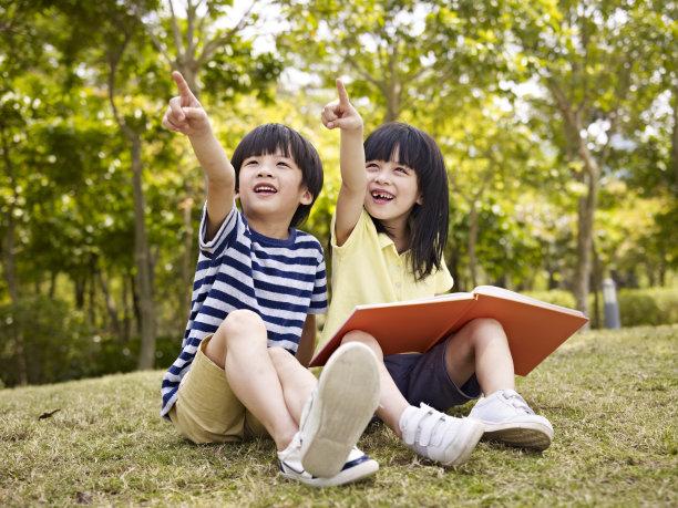 儿童两个人自然美