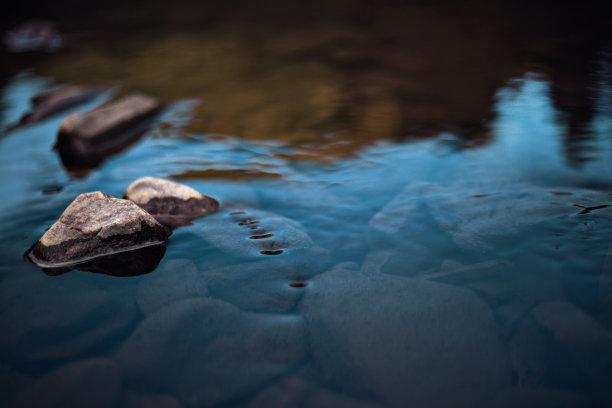 小溪岩石图片