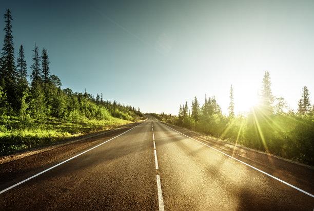 日光下的山路