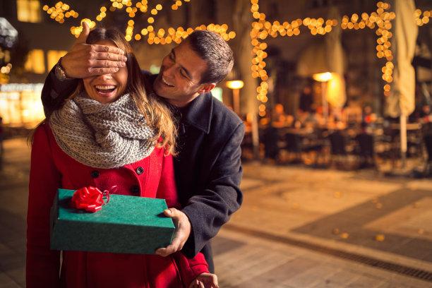 浪漫情侣送礼物
