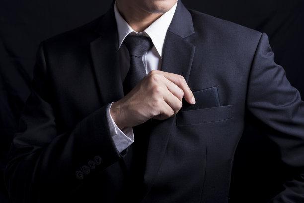 穿西装的男性上半身