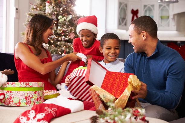 全家拆圣诞节礼物