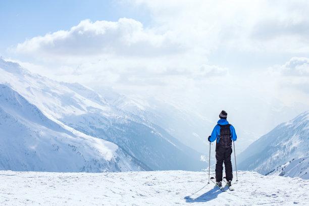 雪山前的滑雪员