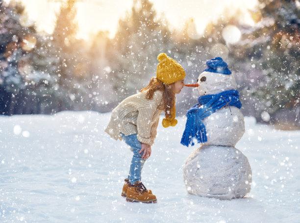 小女孩和雪人