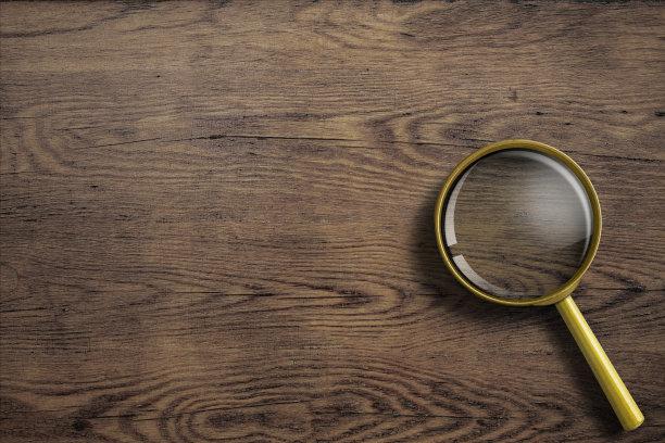 木制桌面上的放大镜