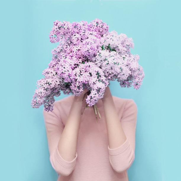 美女捧着紫色鲜花