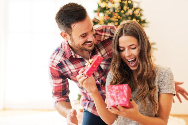 情侣惊喜拆礼物