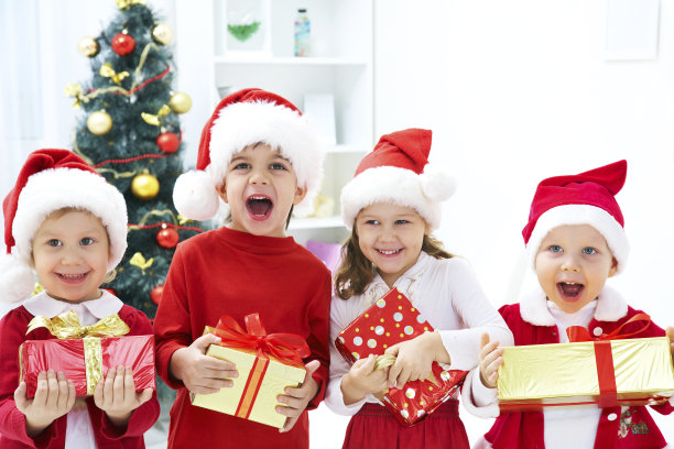 儿童抱着圣诞节礼物
