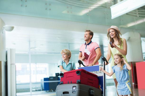 推着行李箱的一家人