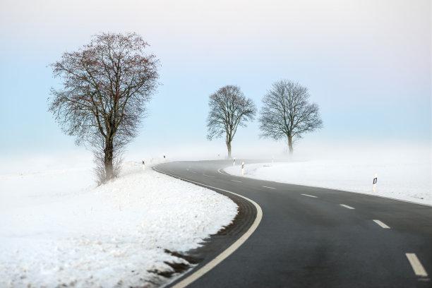 冬天的雪景公路