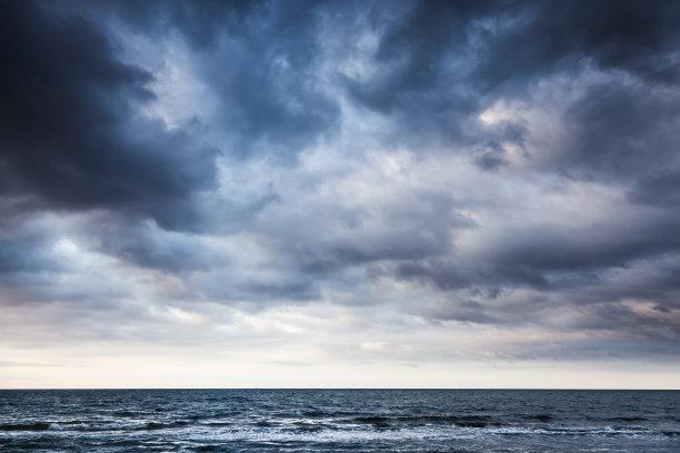 暴风雨黑前的海平面