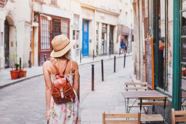 在街道的背包旅行者