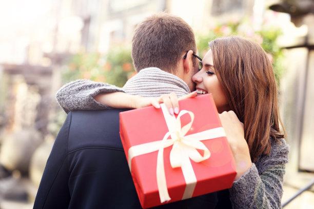 拿着礼物拥抱的情侣