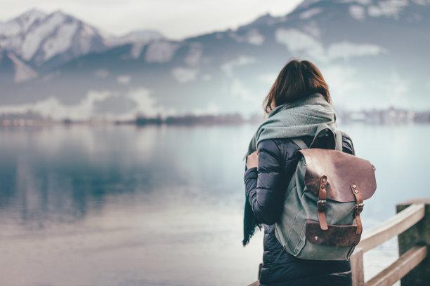 雪山旅游的女人