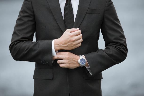 穿着西装佩戴腕表