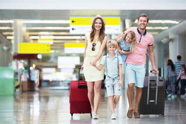 一家人在机场