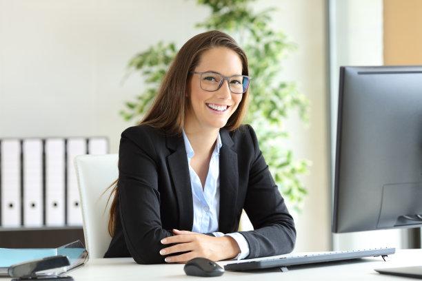 办公室职业女性注视镜头