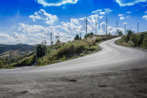 天空蓝色山路