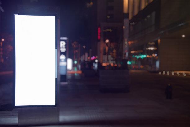 布告栏空白的公共汽车站