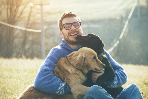 和狗一起玩耍