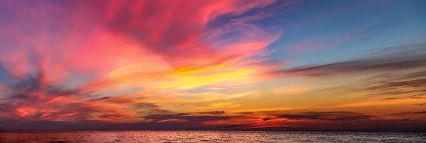 云色彩鲜艳戏剧性的天空