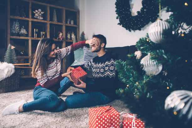圣诞节送礼物的情侣