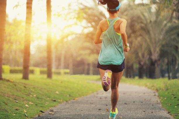 公园慢跑的女人