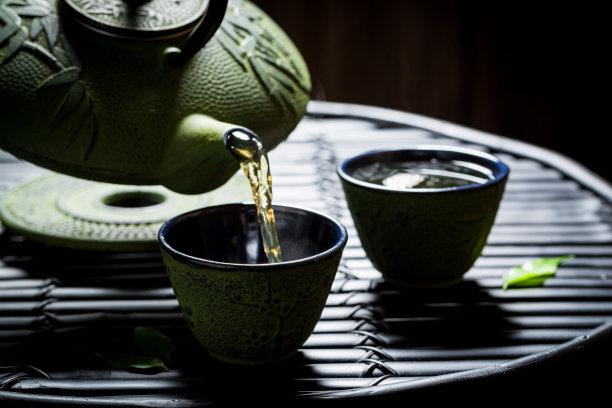 茶壶绿茶黑色背景