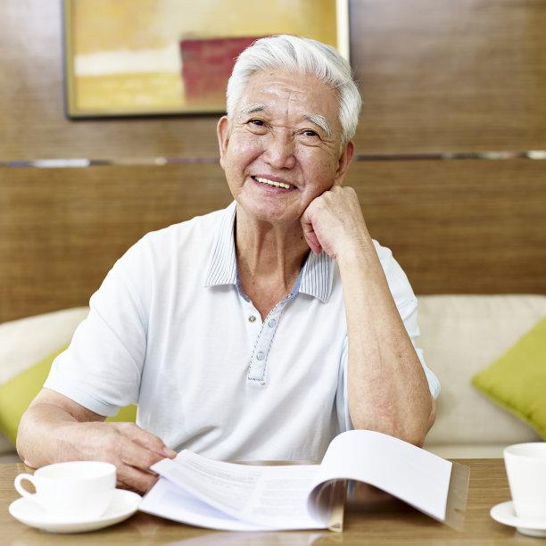 老年人男人书房