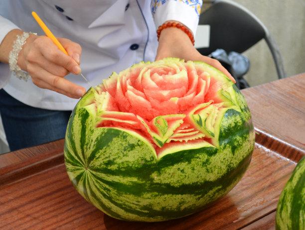 西瓜食品雕刻英文字母o