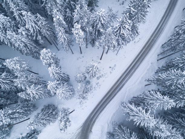 冬天下了大雪后的道路