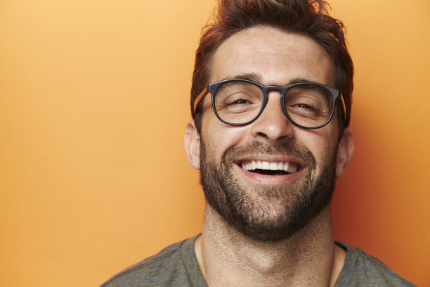 微笑的胡子男
