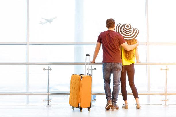 情侣在机场