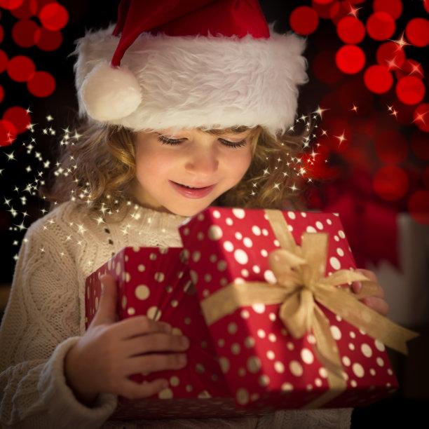 小女孩拆圣诞节礼物