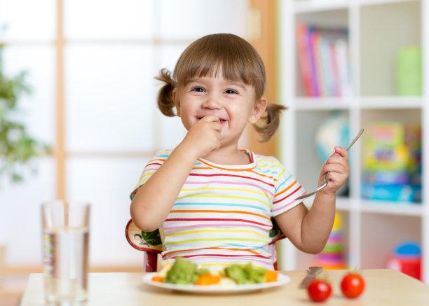 吃东西的小女孩
