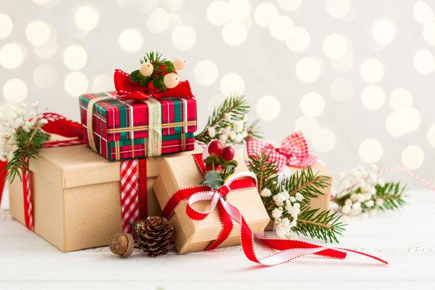 堆积摆放的圣诞礼物