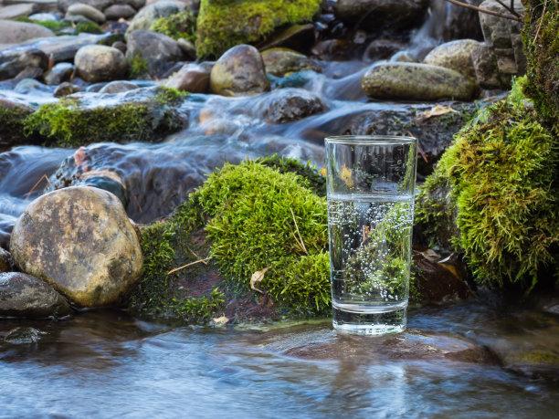 溪水边的一杯水