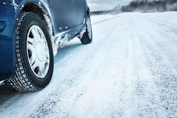 雪地上的轮胎