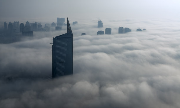 雾迪拜码头摩天大楼