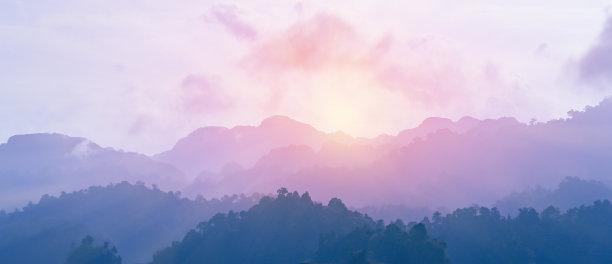 多色的紫色山脉