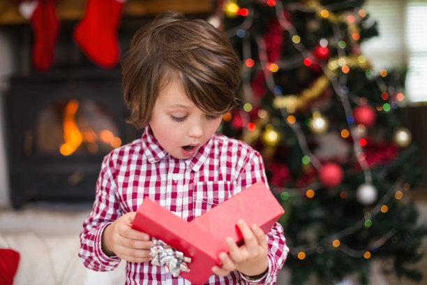 小男孩惊喜的圣诞节礼物
