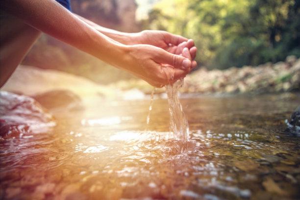 手捧着小溪水