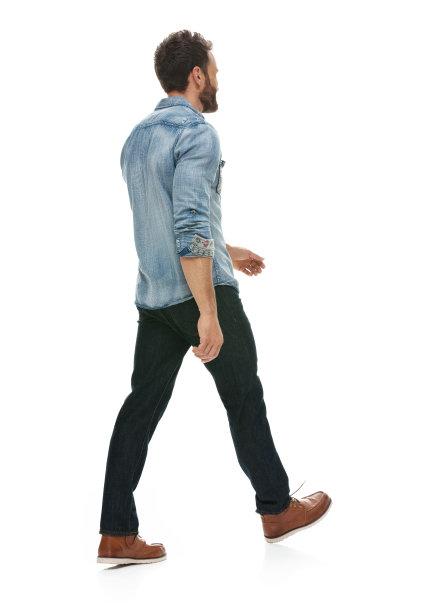 穿休闲装的男人背面视角