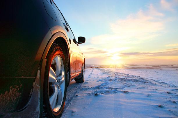 冬天道路行进的汽车