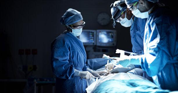 做手术的医生