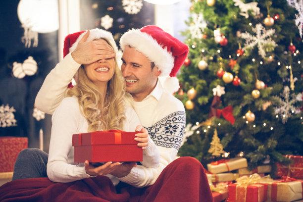 圣诞送礼物的情侣
