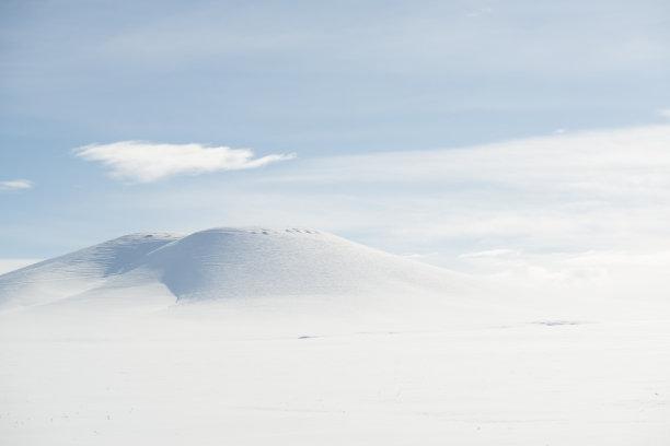白色雪地形山