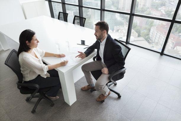 讨论办公室图片