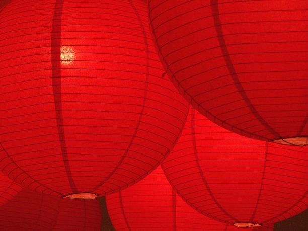 红色悬挂的纸灯笼